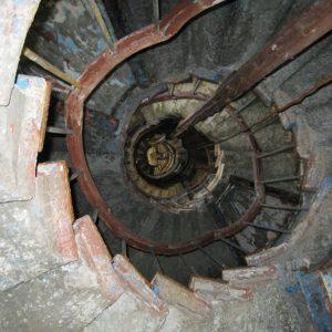 Лестница вверх, состояние маяка удручающее