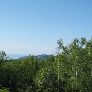 Вид на север острова и соседнюю гору, море и слева и справа