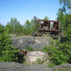 Вырубленный котлован с фундаметом для бывшего здесь локатора