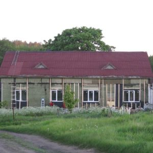 Ремонт старого дома, вставляют стеклопакеты