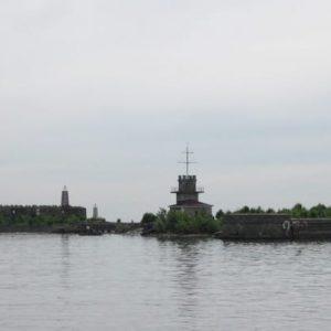 Вышли в море, опять идем мимо фортов Кронштадта