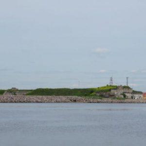 Укрепленные от прибоя берега острова Котлин