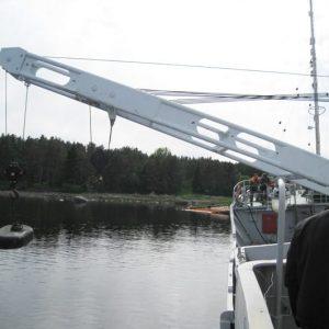 Для создания крена судна вывешен противовес