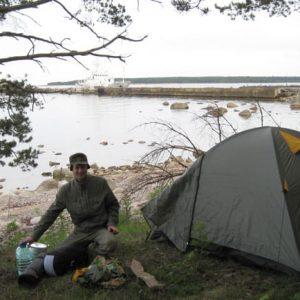 На берегу попытались расставить палатку