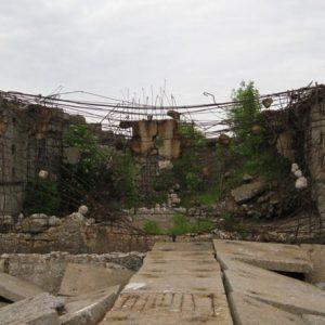 В конце пирса заросшие руины бетонной постройки
