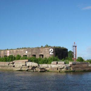 Старинный форт, прикрывающий бухту, в удручающем состоянии (раньше были этажи)