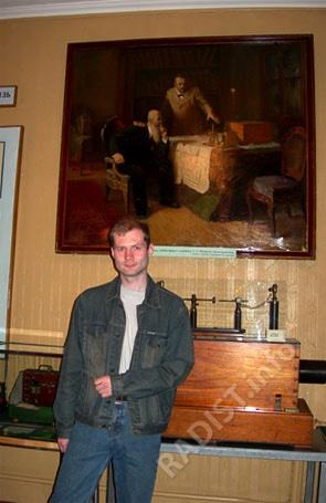 Сотрудник ЦМС имени А.С. Попова - А.И. Золотников в зале музея