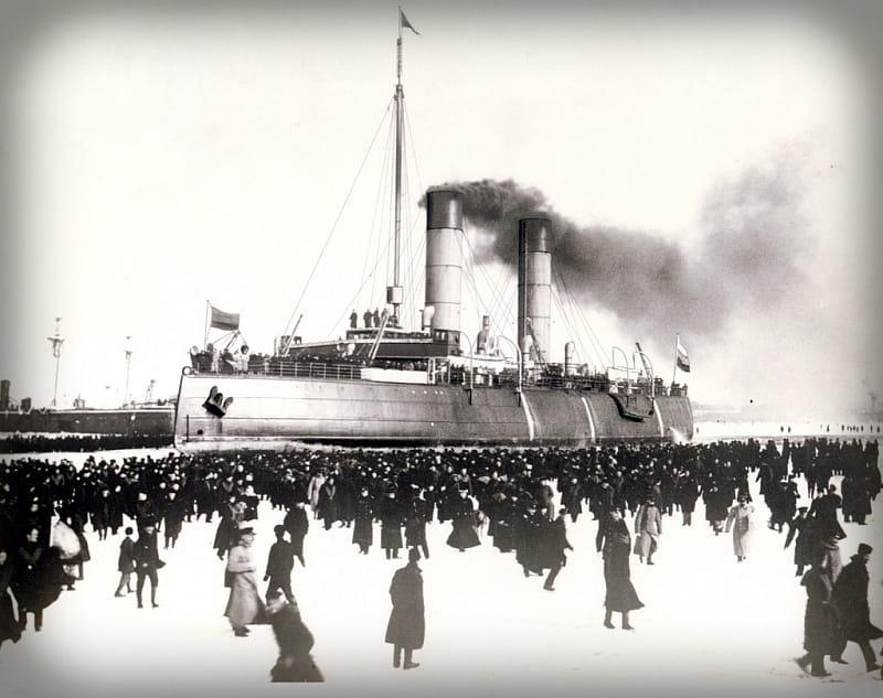 4 марта 1899 года ледокол «Ермак», преодолев ледяные торосы в Финском заливе, пришел в Кронштадт, где его встречать к причалу пришло чуть ли не все население города. В строю он был вплоть до 1963 года.