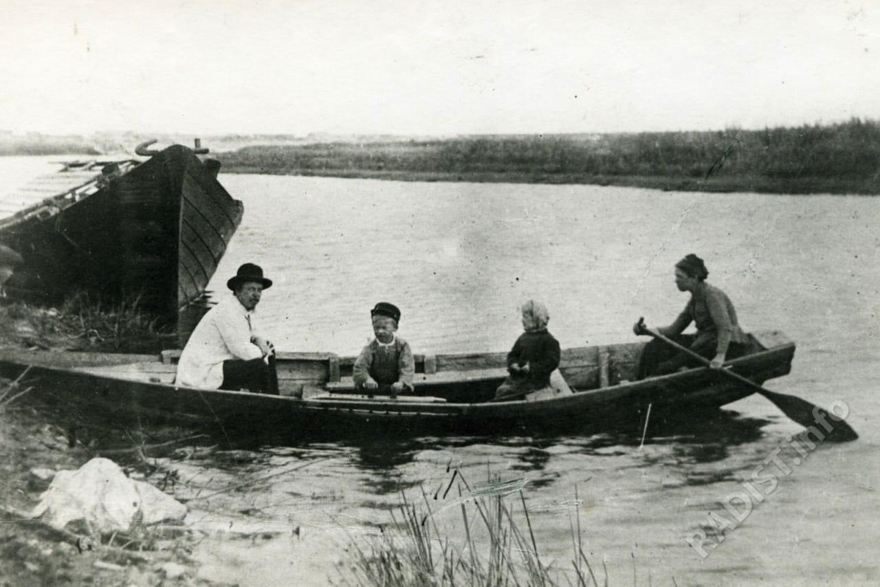 А. С. Попов с семьей на Оке, 1890 г.