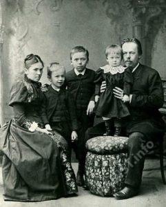 А.С. Попов с женой и детьми (на пуфике Раиса), 1893 г.