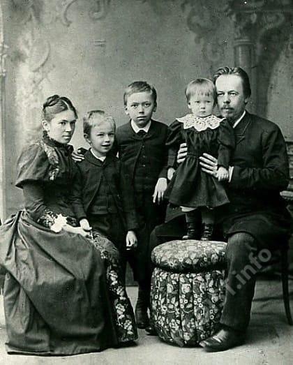 А.С. Попов с женой и детьми, перед отъездом в Чикаго 1893 г.
