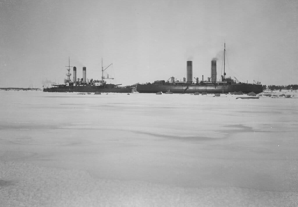 Броненосец береговой обороны «Генерал-адмирал Апраксин» на камнях у острова Гогланд 1899-1900 гг.