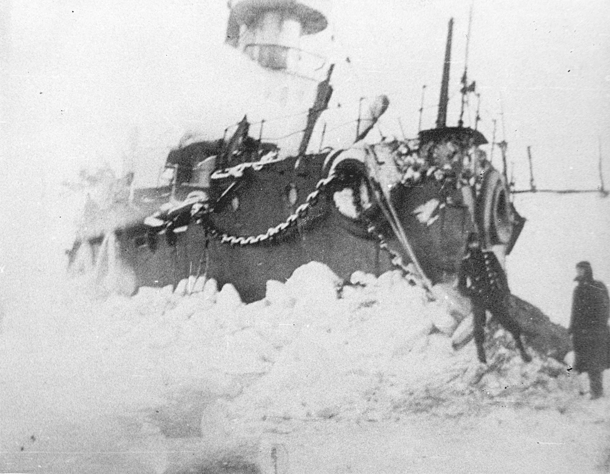 Броненосец береговой обороны «Генерал-адмирал Апраксин» на камнях у острова Гогланд 1899-1900 гг