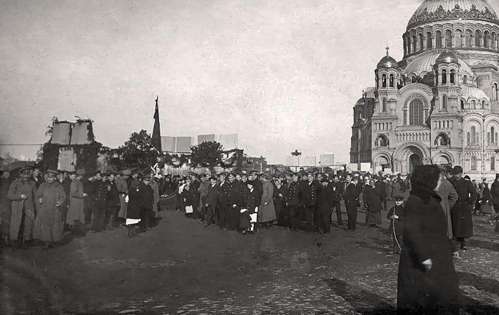 Дни Февральской революции, народ на Якорной площади у могилы павших, Кронштадт 1917 г