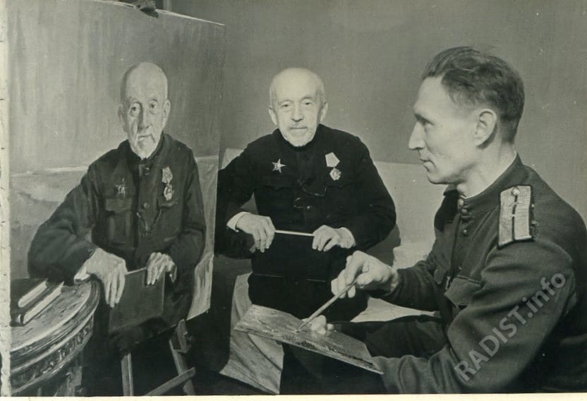 Художник, мл. лейтенант А.И. Шимко пишет для Музея связи РККА портрет П.Н. Рыбкина, 1945 г.