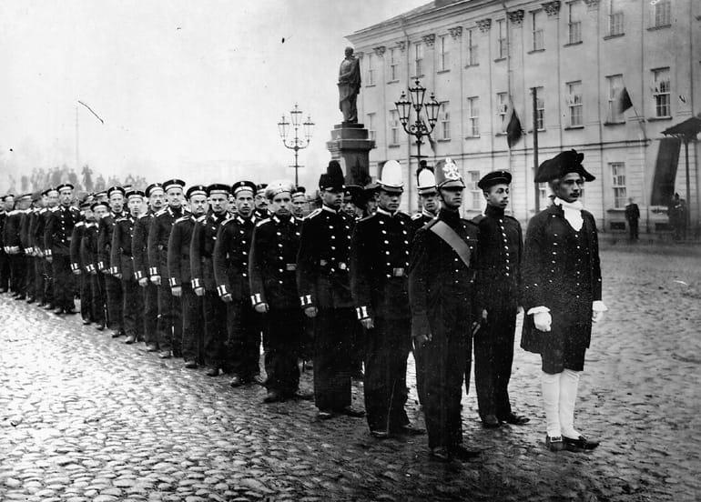 Курсанты Морского инженерного училища в день празднования столетия заведения, Кронштадт 1898 г