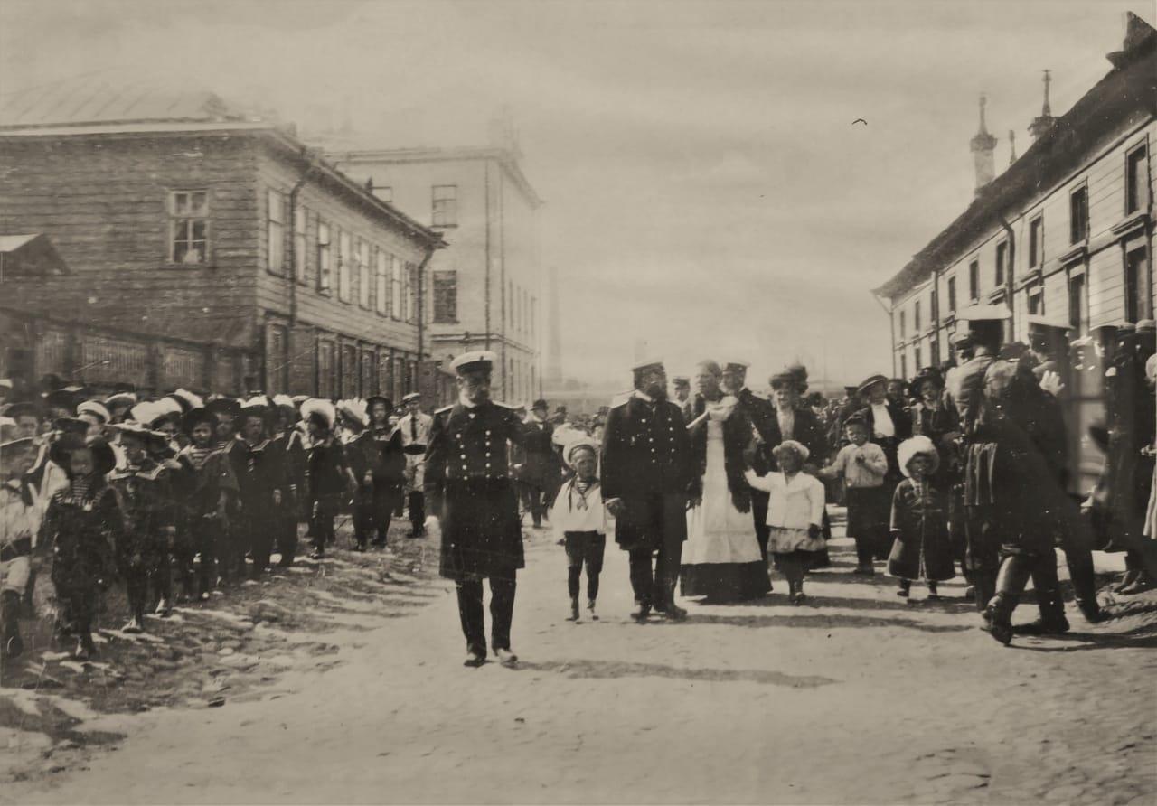 Манежный переулок. Учащиеся младших классов мужской и женской гимназии на прогулке, Кронштадт начало XX в.