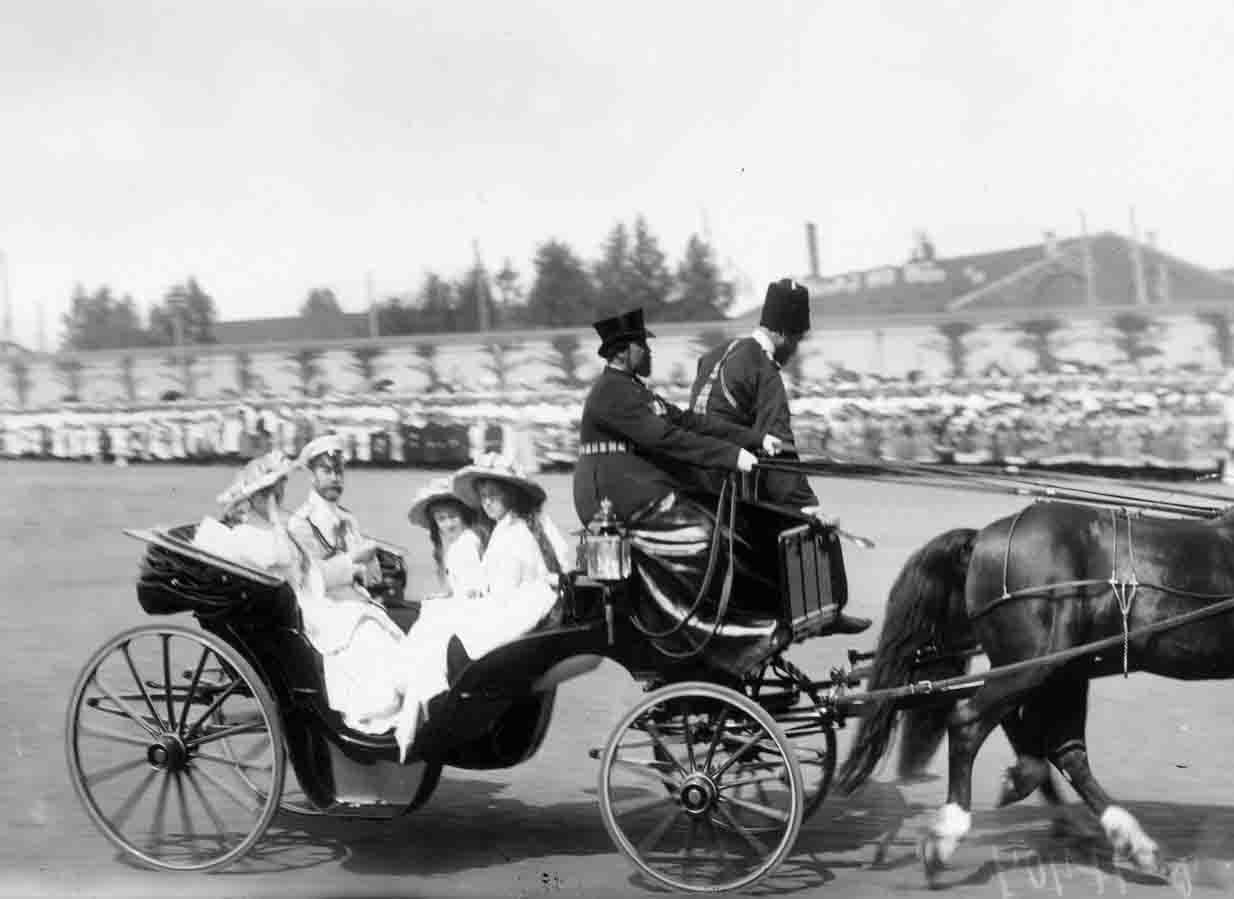 Николай II с членами семьи после освящения Кронштадтского Морского собора 10 (23) июня 1913 г....