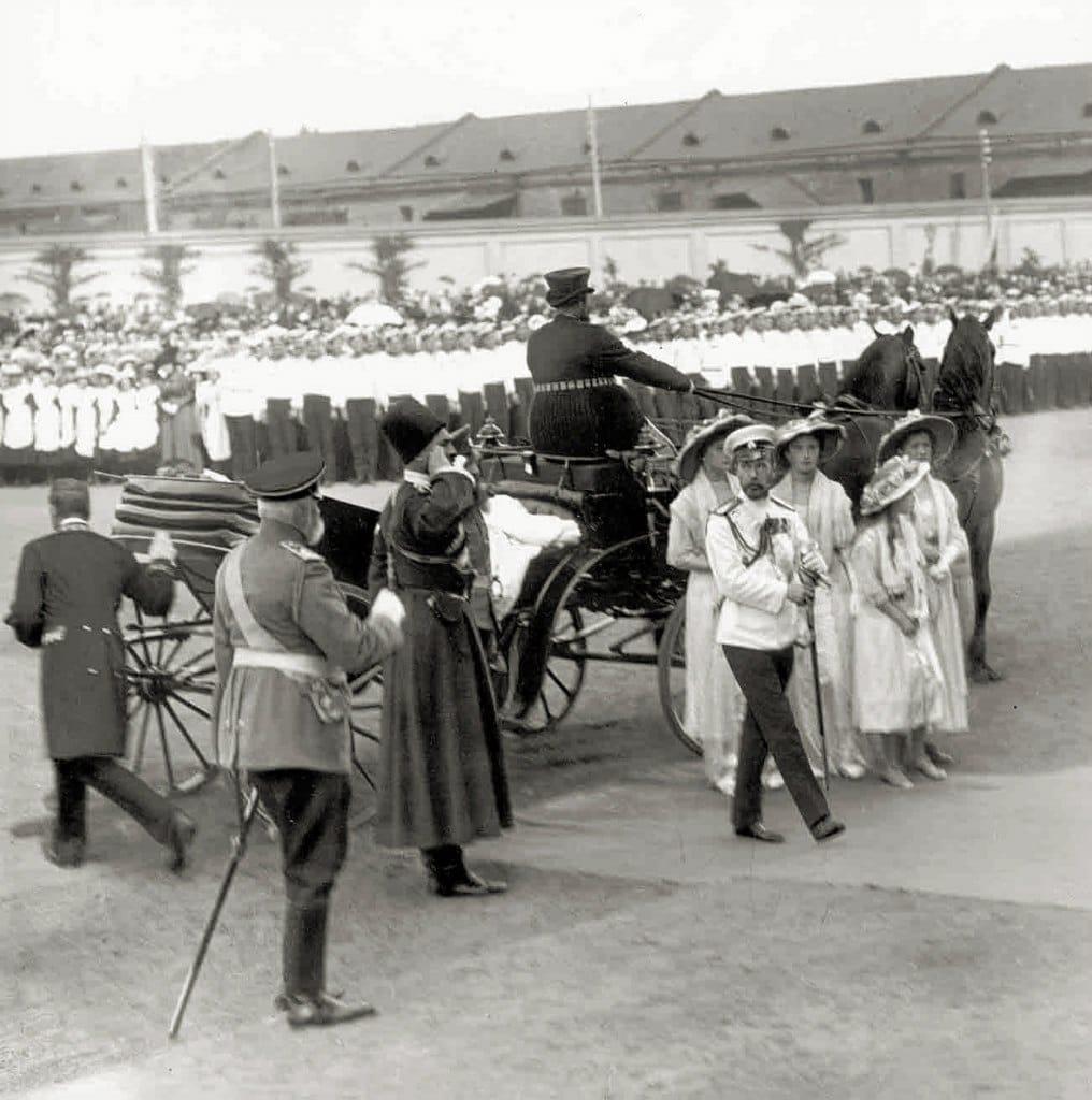 Николай II с членами семьи после освящения Кронштадтского Морского собора 10 (23) июня 1913 г...