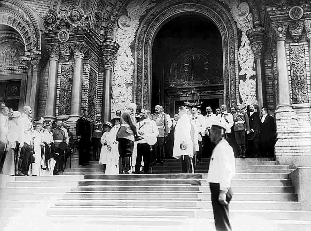 Николай II с членами семьи после освящения Кронштадтского Морского собора 10 (23) июня 1913 г..