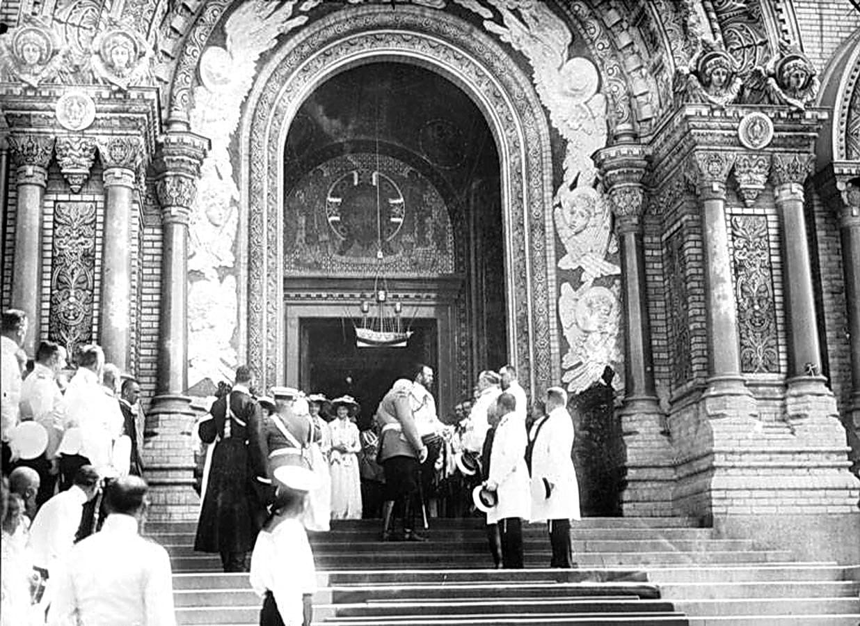 Николай II с членами семьи после освящения Кронштадтского Морского собора 10 (23) июня 1913 г.