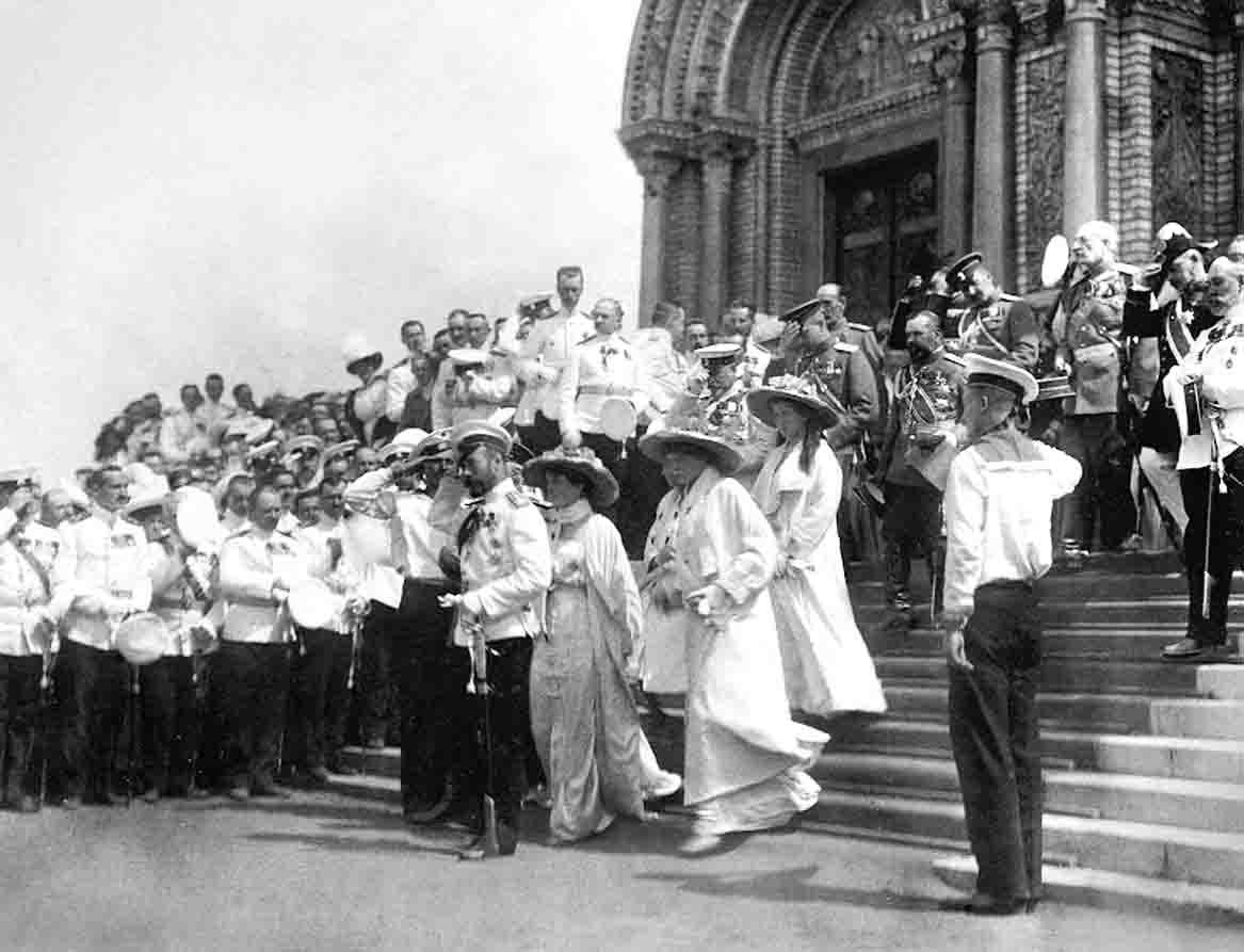 Николай II с членами семьи после освящения Кронштадтского Морского собора 10 (23) июня 1913 г