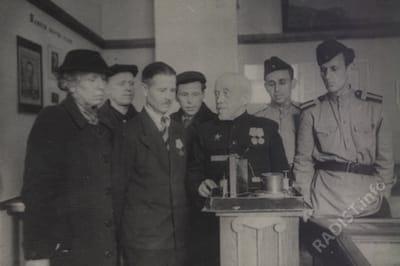 П.Н. Рыбкин демонстрирует первое радио, слева дочь А.С. Попова