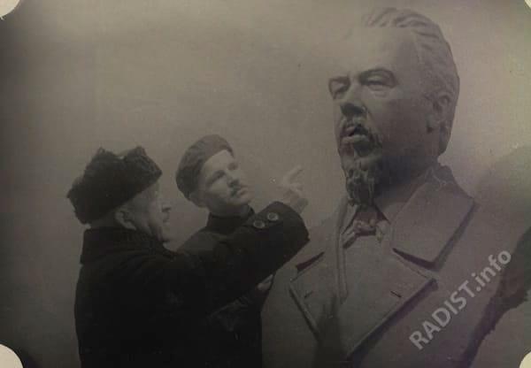П.Н. Рыбкин осматривает проект бюста А.С. Попова у скульптора, 1946 г.