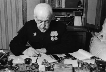 П.Н.Рыбкин в своем рабочем кабинете г. Кронштадт. 28.04.1947 г.