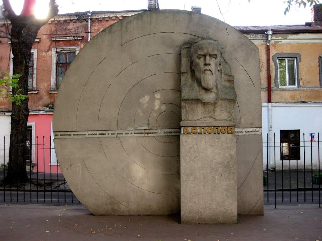 Памятник А.С. Попову в Одессе возле института связи его имени