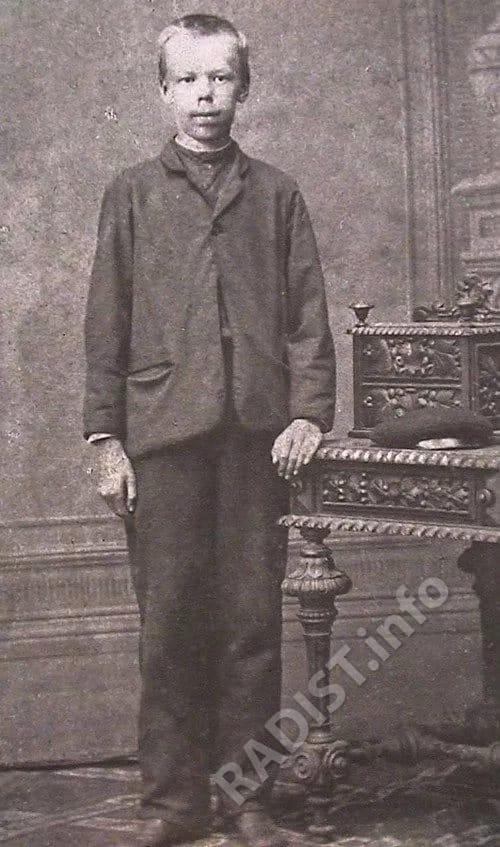 Первая фотография Александра Попова. Ему 13 лет – ученик духовного училища в Екатеринбурге, 1872 г