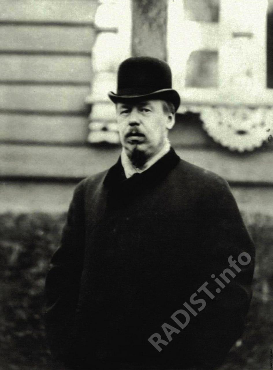 А.С. Попов на фоне знаменитой беседки в саду Минного офицерского класса, Кронштадт в 1899 г.