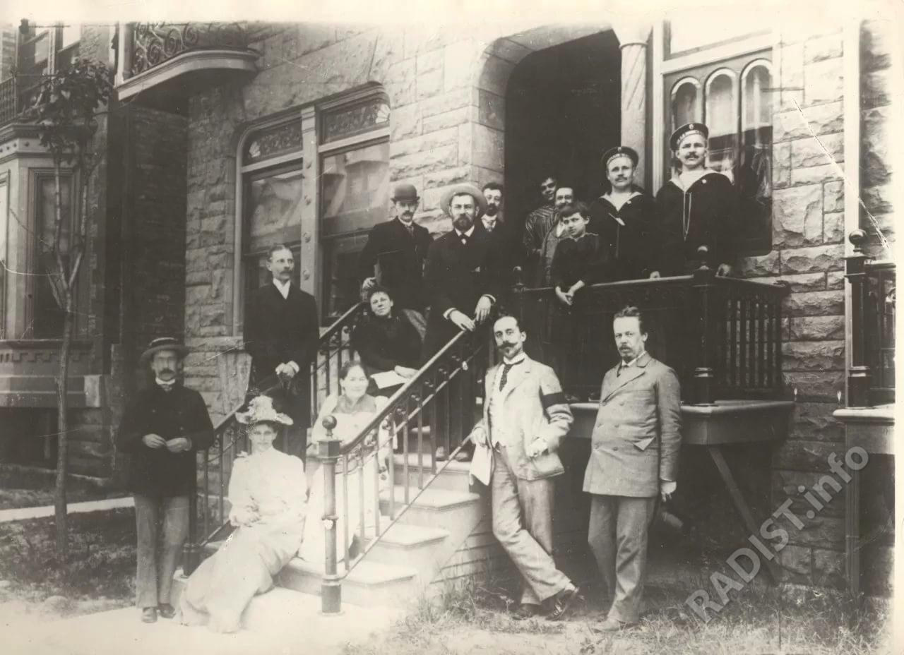 А.С. Попов у входа в гостиницу в Чикаго в 1893 году, рядом с ним М.О. Доливо-Добровольский, над ними на лестнице Е.В. Колбасьев. 17 июня они присутствовали на торжественном официальном открытии Русского выставочного павильона на Всемирной Колумбовой выставке.