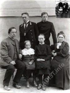 Последняя семейная фотография А.С. Попова, 1905 г. В правом верхнем углу - вариант этого фото с газеты.
