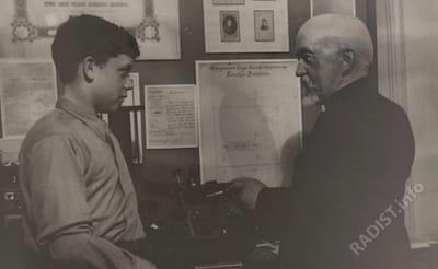 Рыбкин П.Н. беседует с радиолюбителем учеником 7-й средней школы Куйбышевского района Юрой Грабовиковым. 1940 г.