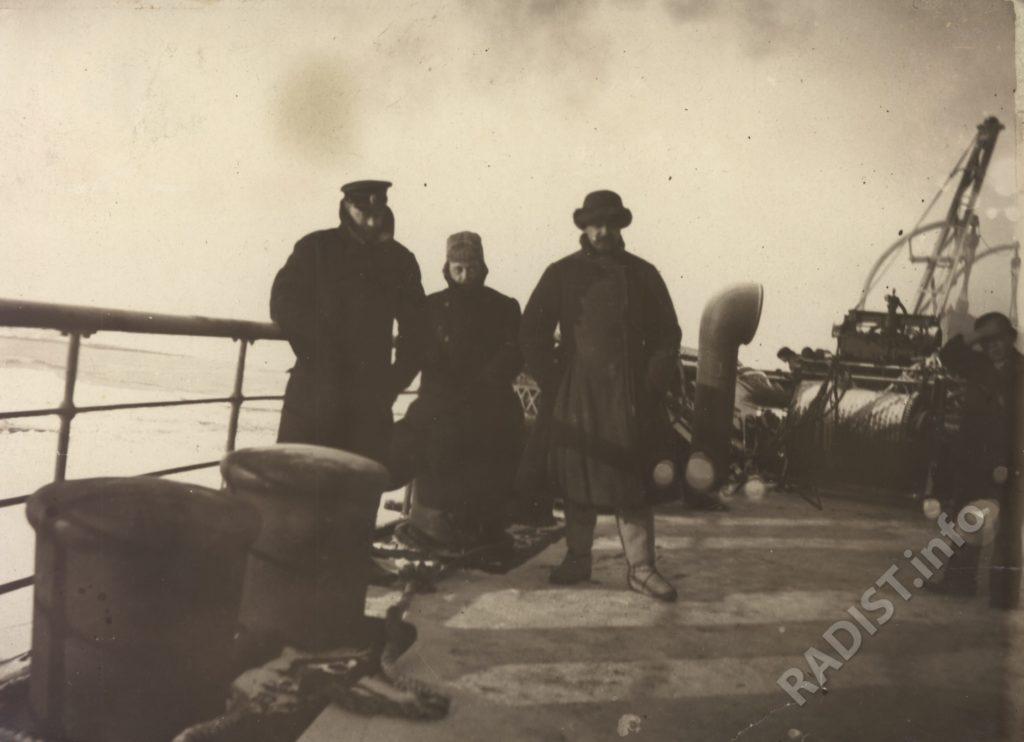 Рыбкин П.Н. (в центре), старший офицер ледокола «Ермак» и [Залевский] на палубе ледокола во время возвращения на о-в Гогланд. 1900 г.