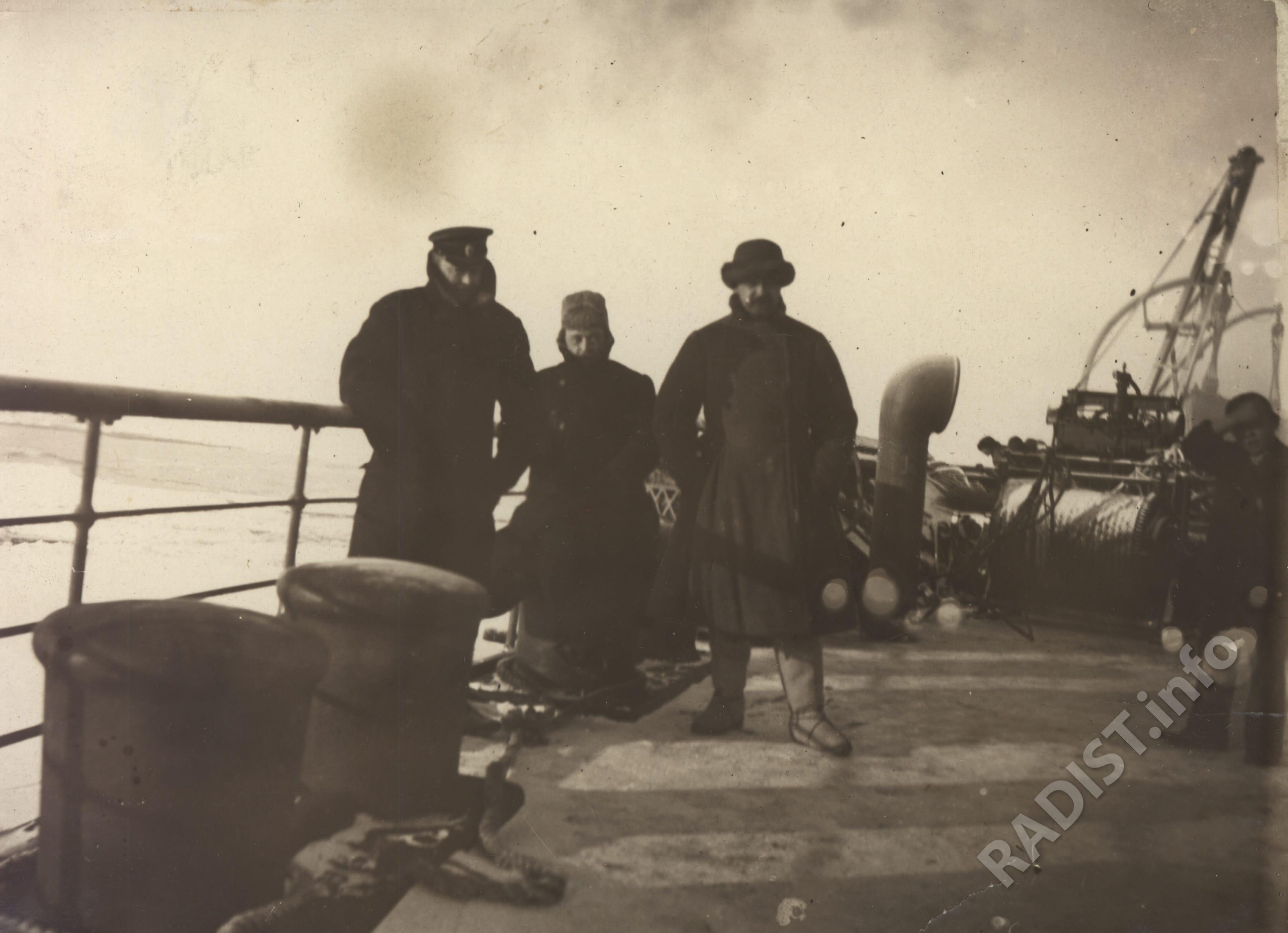 П.Н. Рыбкин (в центре), И.И. Залевский и старший офицер ледокола «Ермак» на палубе ледокола во время возвращения на остров Гогланд, 1900 г.