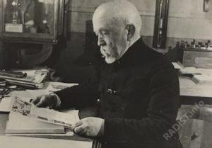 Рыбкин П.Н. за столом в кабинете. 1945 г.