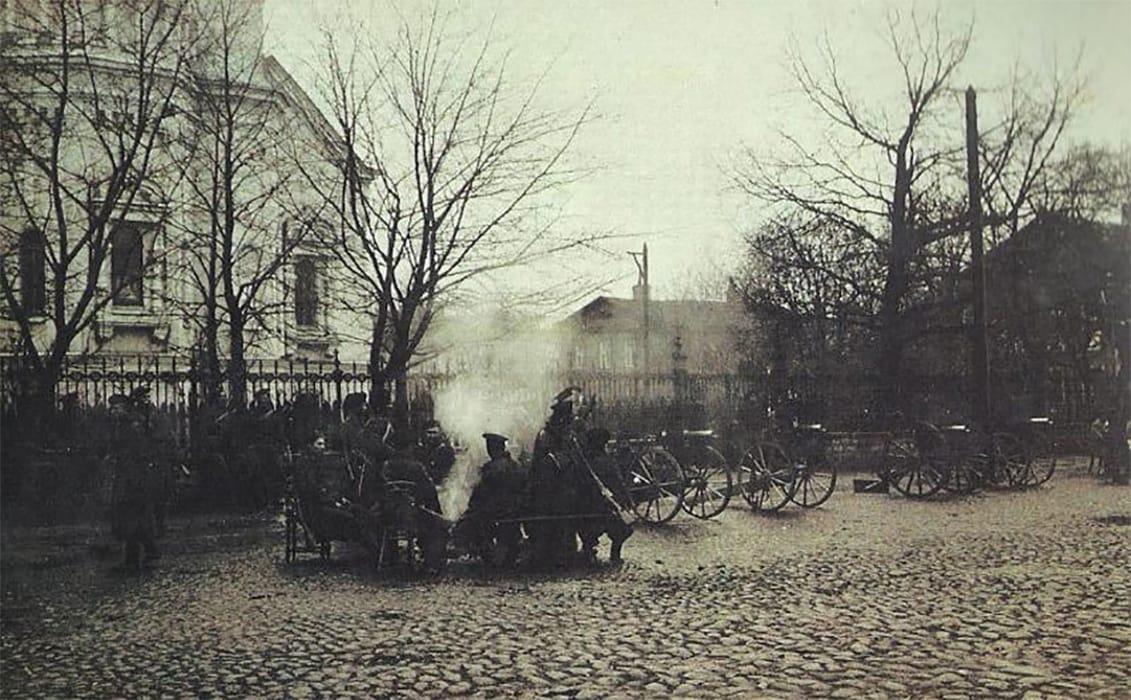 Солдаты возле Владимирского собора, Кронштадт 1905 г