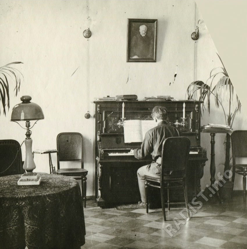 Степан Попов за пианино в гостиной, Санкт-Петербург 1904 г.