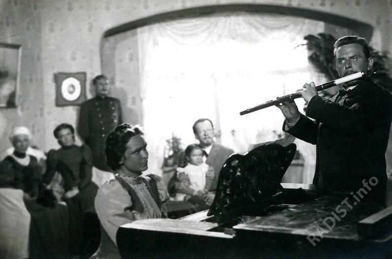 Вечер в квартире А.С. Попова, П.Н. Рыбкин играет на флейте