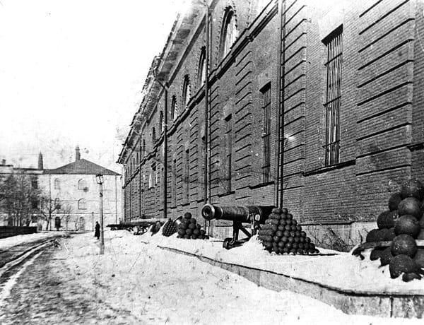 Выставка старинных-орудий у здания Морского арсенала, Кронштадт 1912 г