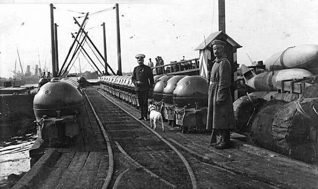 Якорные мины (обр. 1907 г.), приготовленные к погрузке на боевой корабль. Причал форта «Пётр Великий», Кронштадт 1910-е гг