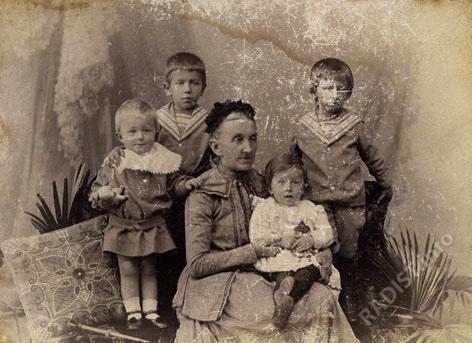 Мать П.Н. Рыбкина - Глафира Михайловна с внуками. Фото 1903 г.