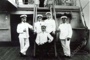 П.Н.Рыбкин (слева) с офицерами на борту корабля. Начало XX в.