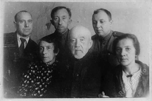 П.Н. Рыбкин с семьей. Владимир Петрович Рыбкин радист во время войны (стоит по центру), Г.И. Головин (стоит справа), 15.04.1944 г.