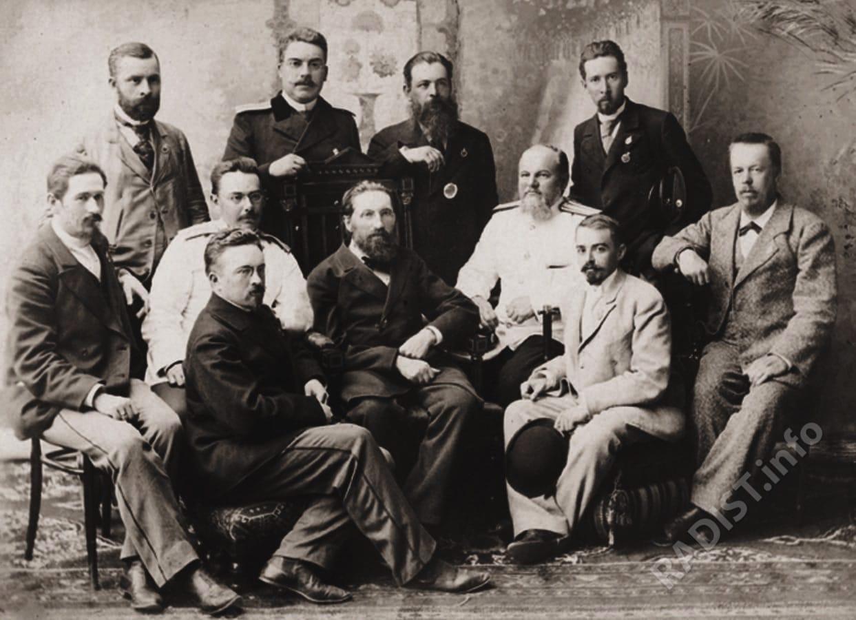 А.С. Попов (сидит крайний справа) среди членов жюри технического отдела XVI Всероссийской художественно-промышленной выставки в 1896 г