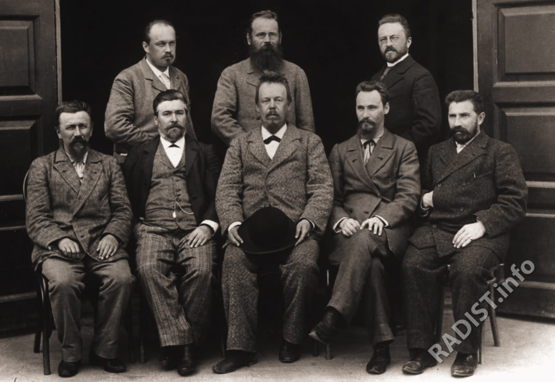 А.С. Попов среди сотрудников электростанции (сидят), стоят слева направо Г.А. Любославский, Е.Л. Коринфский и Н.Н. Георгиевский