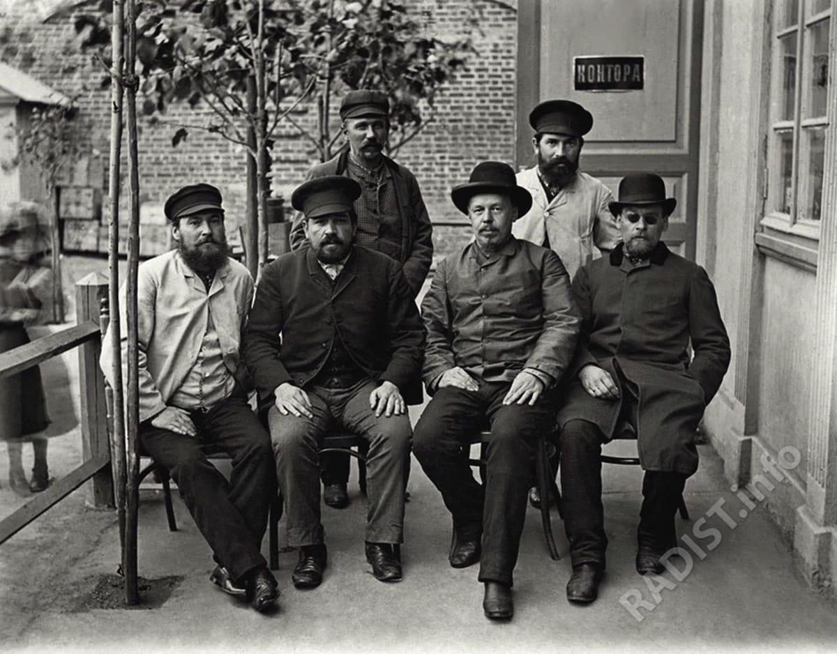 Группа сотрудников электростанции Нижегородской ярмарки. Попов А.С. сидит второй справа, 1890 г.