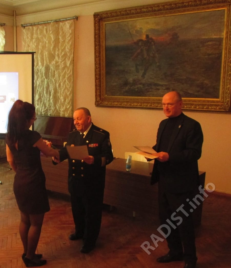 Члены Президиума юбилейных - А.П. Тарапон и А.В. Спешилов вручают диплом участнику научных чтений